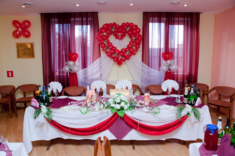 vestuvių dekoracijoje neturėtų būti daug gėlių