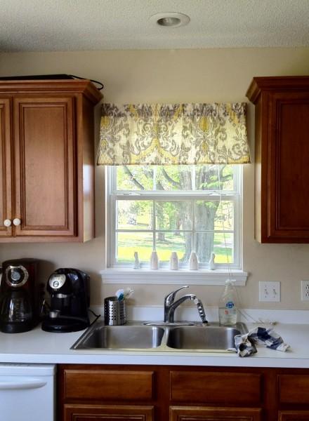 virtuve-izlietne-logs-aizkari-DIY-virtuve-logs-valances-ar-dubultā bļoda-virtuve-izlietne-arī-attēls