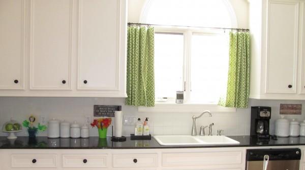 minimālisma-zaļš-aizkari-virtuve-logs