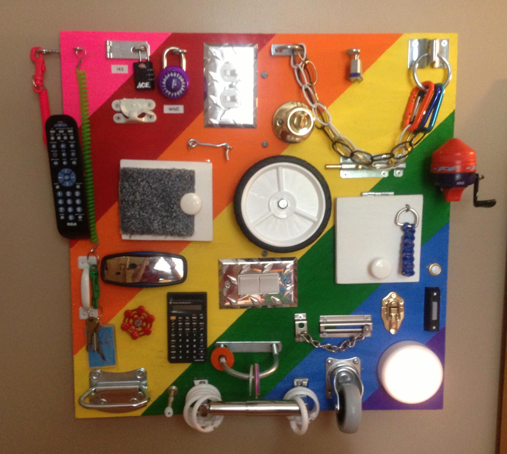 Un tableau avec des serrures ou une télécommande pour un enfant avec ses propres mains (exemples de photos)