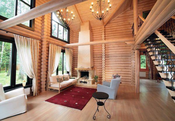 Skandināvu stila māja ar augstiem griestiem
