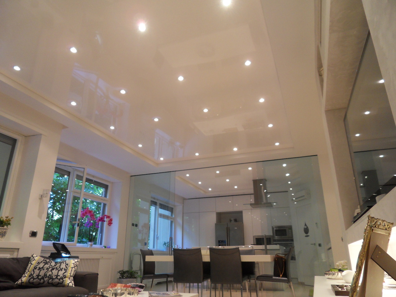 Advantages and disadvantages of a multi-level stretch ceiling in the living room
