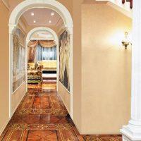 gaiša arka koridora foto noformējumā