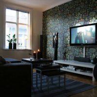 svītrainas tumšas tapetes guļamistabas foto noformējumā