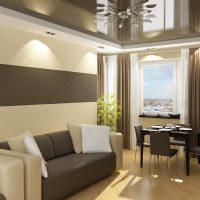 gaišs dzīvokļa interjers šokolādes krāsas fotoattēlā