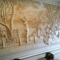 neparasts dzīvokļa interjers ar bareljefa attēlu