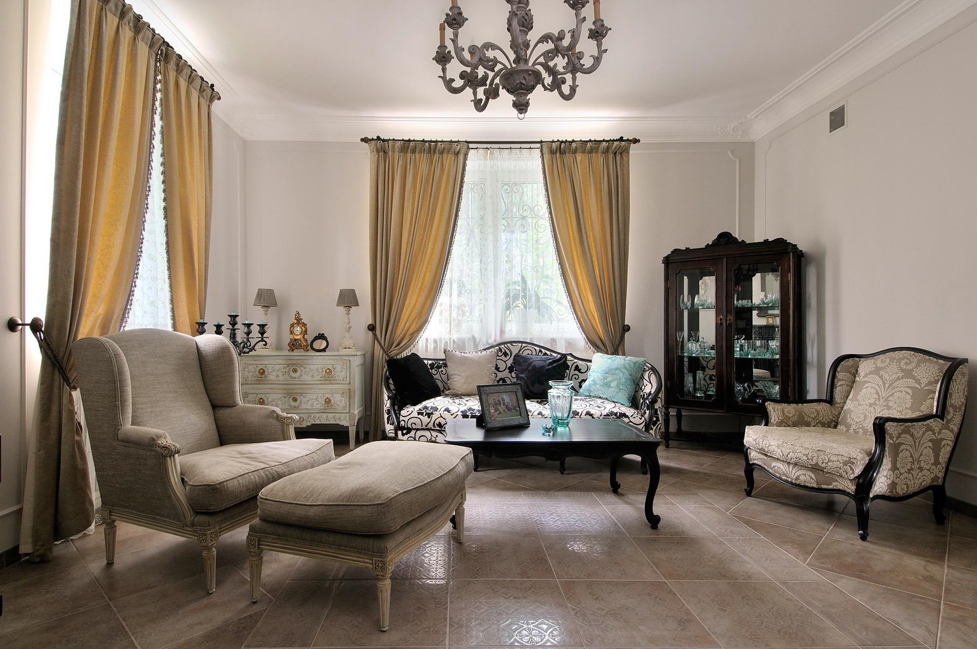 gaišs franču stila koridora dekors