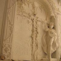 gaiša stila priekšnams ar bareljefa attēlu