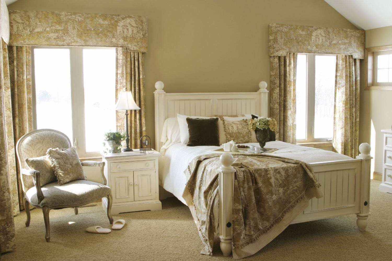 gaišs franču stila guļamistabas interjers