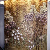 gaiša stila dzīvoklis ar bareljefa attēlu