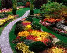 elegants vasaras mājas labiekārtojums angļu stilā ar ziedu attēlu