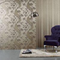 svītrainas tumšas tapetes istabas foto noformējumā