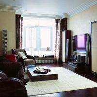 viļņotas tumšas tapetes virtuves foto interjerā