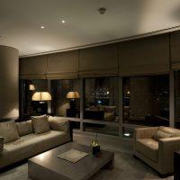 svītrainas tumšas tapetes viesistabas interjerā foto