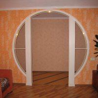 gaiša arka guļamistabas dizaina attēlā