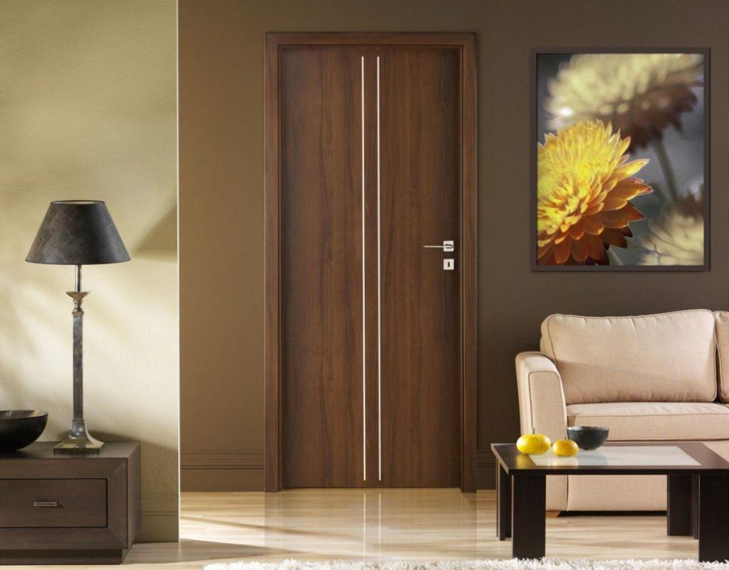 gaišas gaiteņa stila durvis