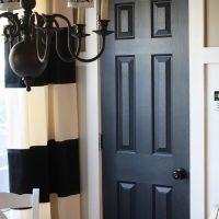 gaišas durvis virtuves dizaina attēlā