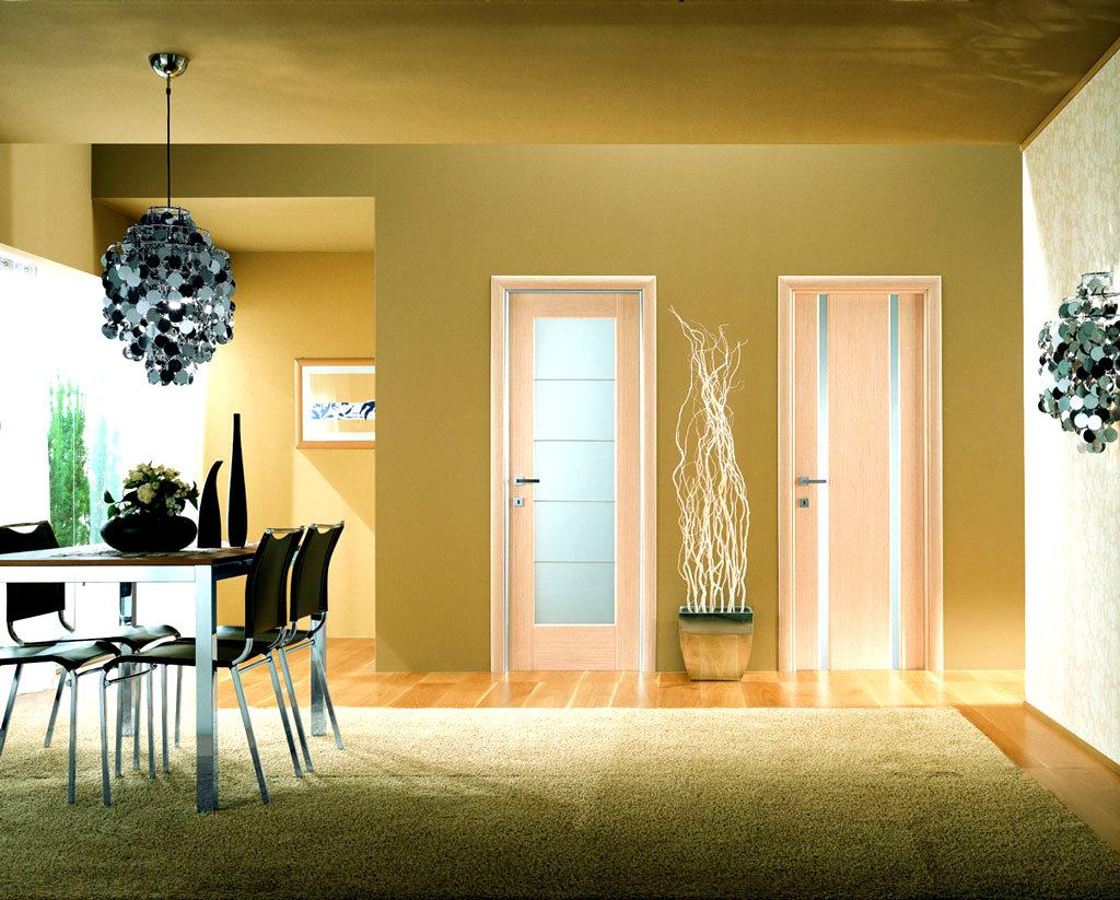 tumšas durvis koridora dizainā