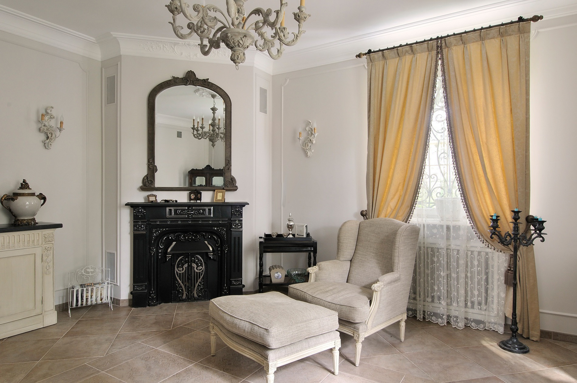 gaišs franču stila virtuves dekors