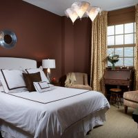 gaišs guļamistabas dekors šokolādes krāsas attēlā