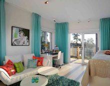 gaišs guļamistabas dizains tirkīza krāsas attēlā
