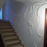 skaists koridora dizains ar bareljefa fotoattēlu
