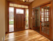 portes sombres à l'intérieur de la cuisine en chêne image