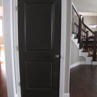 gaišas durvis gaiteņa attēla interjerā