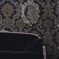 skaistas tumšas tapetes viesistabas attēla noformējumā