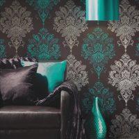 skaistas tumšas tapetes viesistabas attēla interjerā
