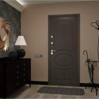 gaišas durvis gaiteņa foto noformējumā