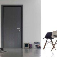 tumšā stila virtuves durvju attēls
