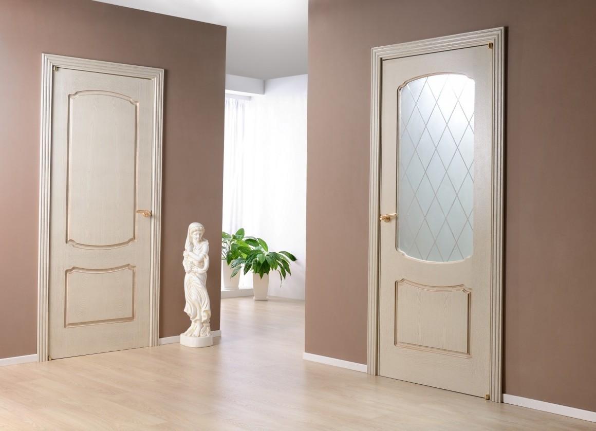 gaišas durvis viesa interjerā
