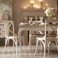 gaišs franču stila viesistabas interjera attēls