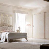 gaišs guļamistabas dekors franču stila fotoattēlā