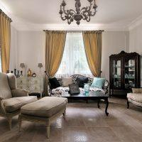 gaišs dzīvokļa interjers franču stila fotoattēlā