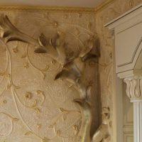 gaišs koridora interjers ar bareljefa attēlu