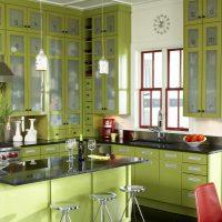gaiša pistāciju krāsa virtuves interjera fotoattēlā