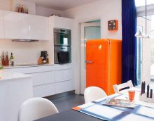 photo d'un petit réfrigérateur dans la façade de la cuisine