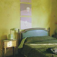 gaiša pistāciju krāsa guļamistabas interjera fotoattēlā