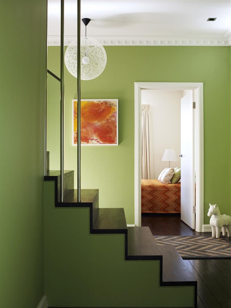 gaiša pistāciju krāsa guļamistabas interjerā