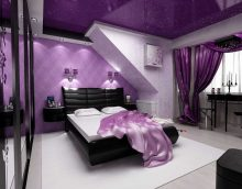 neparasts dzīvojamās istabas dekors purpursarkanā fotoattēlā