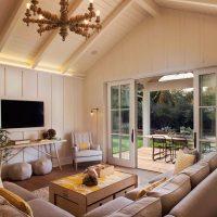 Mājīga, gaiša dizaina viesistabas bilde