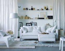 светло бели мебели в декора на снимката на коридора