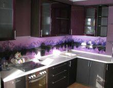 modern konyha tervezés lila fotó
