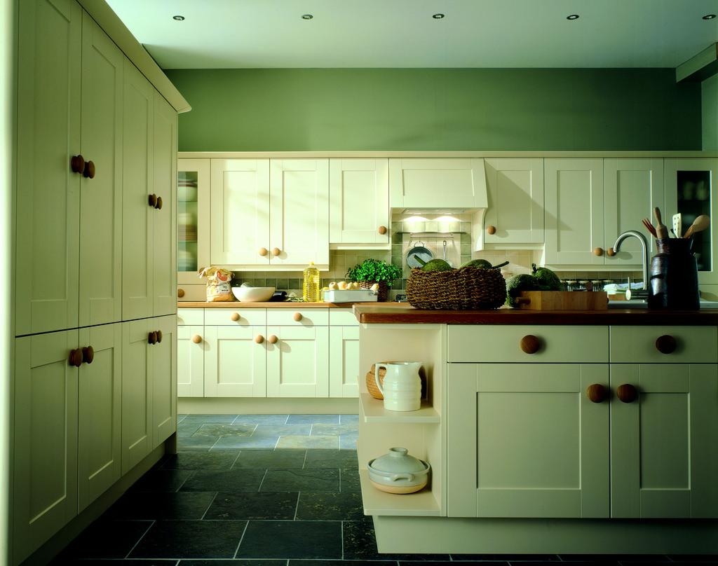 neparasta pistāciju krāsa virtuves interjerā