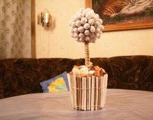 l'idée d'une décoration légère de la salle avec un arbre avec vos propres mains