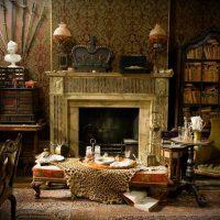 tumšās viktoriāņu stila viesistabas dekoru foto
