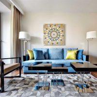 oriģināls istabas interjers zilā krāsā fotoattēlā