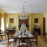 gaišs istabas interjers viktoriāņu stila attēlā